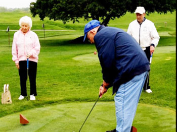 Residents from Pacific Springs Village, an Immanuel senior living community in Omaha, Nebraska, enjoys a putting session on the Pacific Springs golf course.